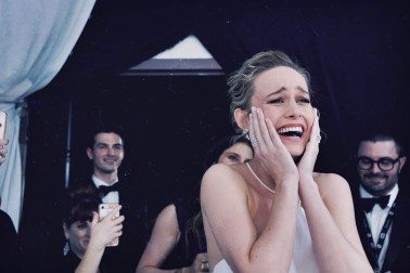 Η Brie Larson όταν η Emma Stone κέρδισε το SAG award. #GirlLove