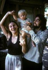 Ο Leonardo DiCaprio με την μητέρα του, Irmelin, και πατέρα του, George, στο Los Angeles το 1976. © Peter Fleming—Retna Ltd./Corbis