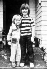 Από αριστερά: Ο Leonardo DiCaprio με τον ετεροθαλή αδερφό του, Adam Ferrer, στο Los Angeles το 1978. | Gianfranco Gasparro—Getty Images