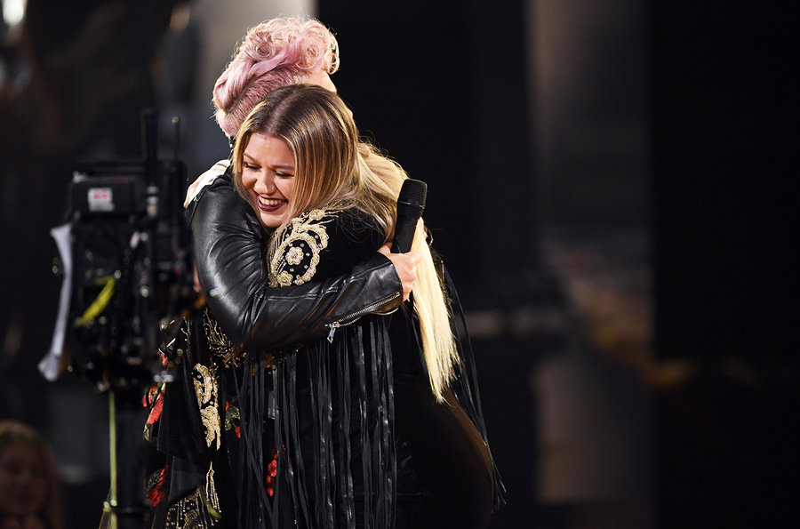 pink-and-kelly-clarkson-amas-show-2017-billboard-1548